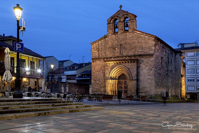 Iglesia vieja de Sabugo de noche