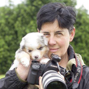 Retrato de la fotógrafa Gema Sánchez González con cámara de fotos y perrito